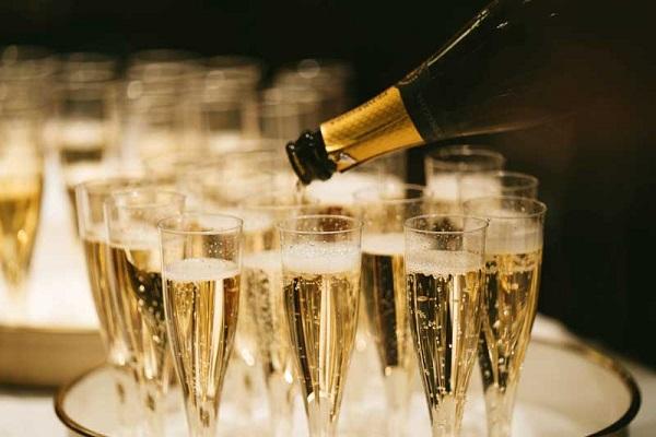 Rượu Champagne không thể thiếu tại các yến tiệc